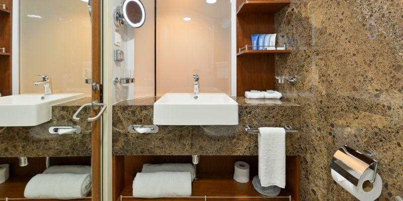 Coral Geographer - Stateroom Bathroom